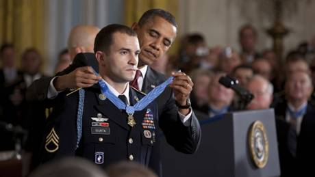 """奥巴马为萨尔瓦多•玖塔戴上""""荣誉勋章"""" (照片:白宫)"""