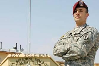 萨尔瓦多•玖塔在军营执勤 (照片:美国陆军新闻室)