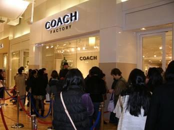 Coach 直销店门口排队者中一半是亚裔