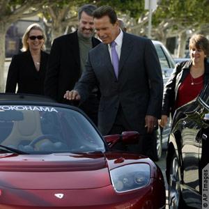 加州州长施瓦辛格对特斯拉公司生产的全电力敞篷跑车十分有兴趣 (照片:美联社)