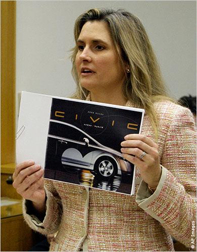 希瑟•彼得斯在加州小额索赔法庭发言自辩(照片:美联社)