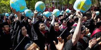 خريجو جامعة هارفارد يلوحون بكريات قابلة للنفخ في حفل تخرجهم (AP Images)