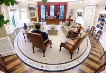 Le président Obama, assis dans un fauteuil, vu de dos, dans le Bureau ovale de la Maison Blanche (Pete Souza)