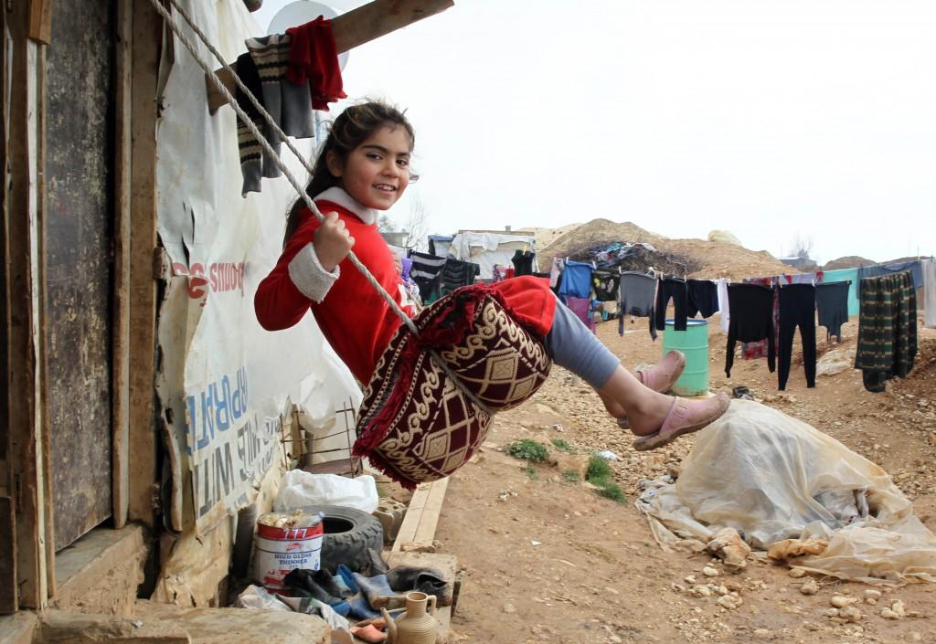 فتاة تستمتع بأرجوحة مؤقتة. (UNICEF)