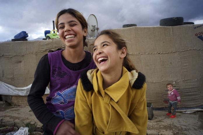 两个欢笑的叙利亚女孩