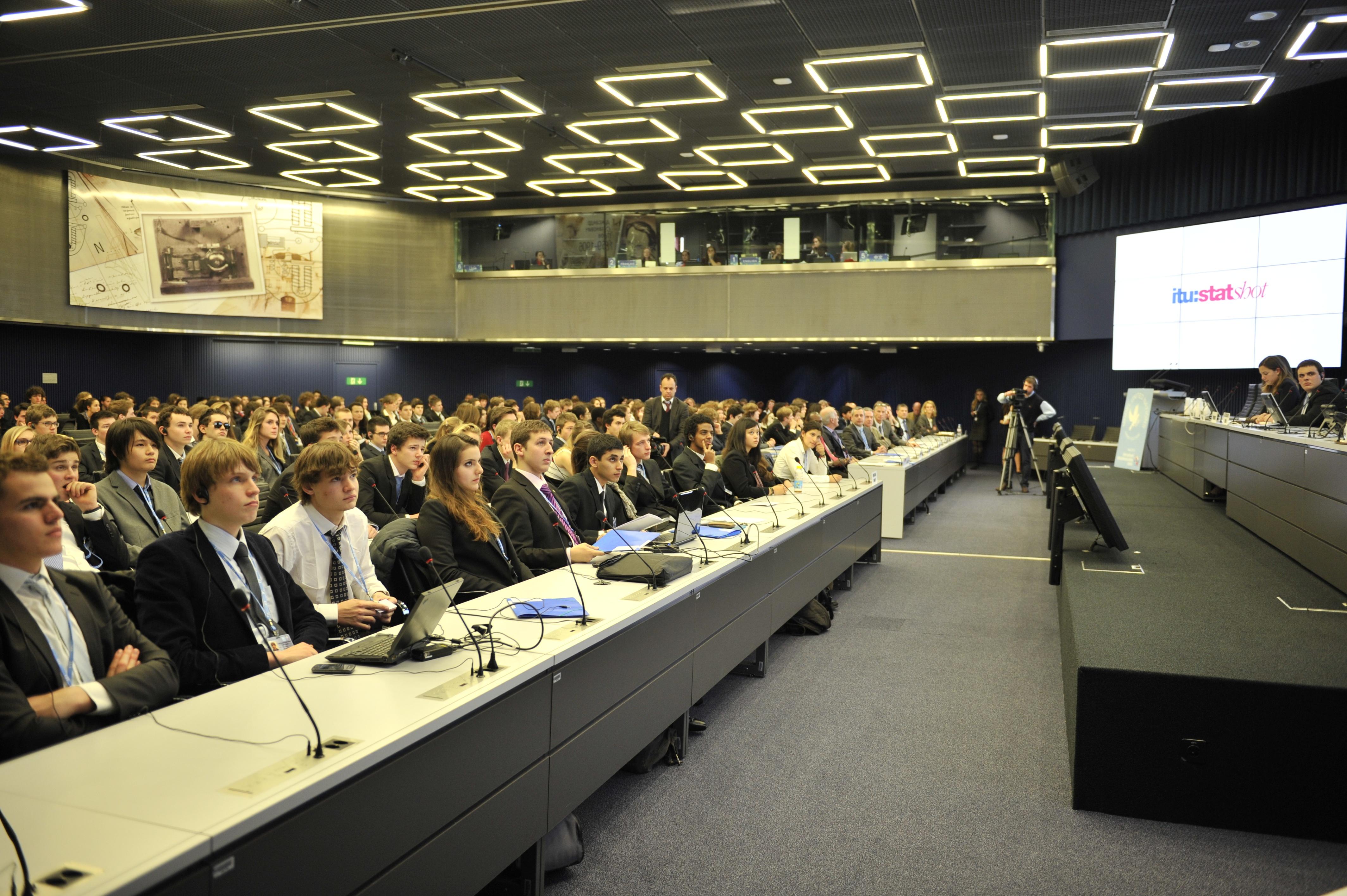 دانش آموزان در یک کنفرانس الگوی سازمان ملل در ژنو. (عکس از ITU)