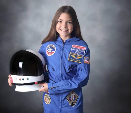 Alyssa Carson con traje de astronauta y casco en una mano (Facebook)