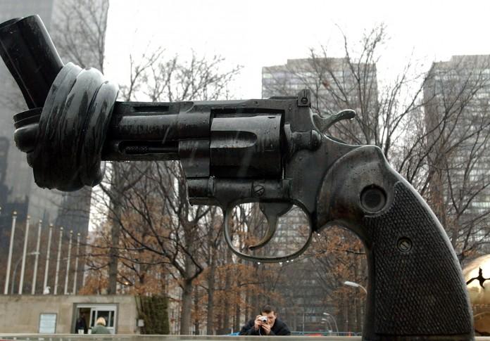 مجسه نمادین ضد جنگ در مقابل ساختمان سازمان ملل در نیویورک قرار دارد. (عکس از آسوشیتدپرس)