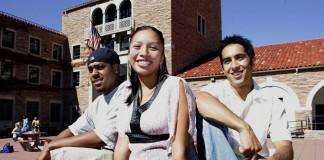 Estudiantes sonríen en un campus universitario (AP Images)