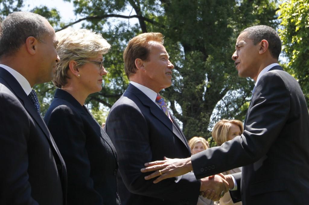 Arnold Schwarzenegger saluda al presidente Obama (AP Images)