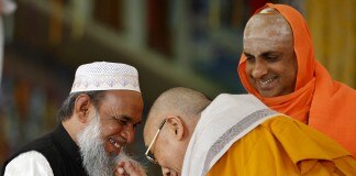 محمد عثمان شريف، الدالاي لاما وشيفراتري ديشيكندرا (AP Images)