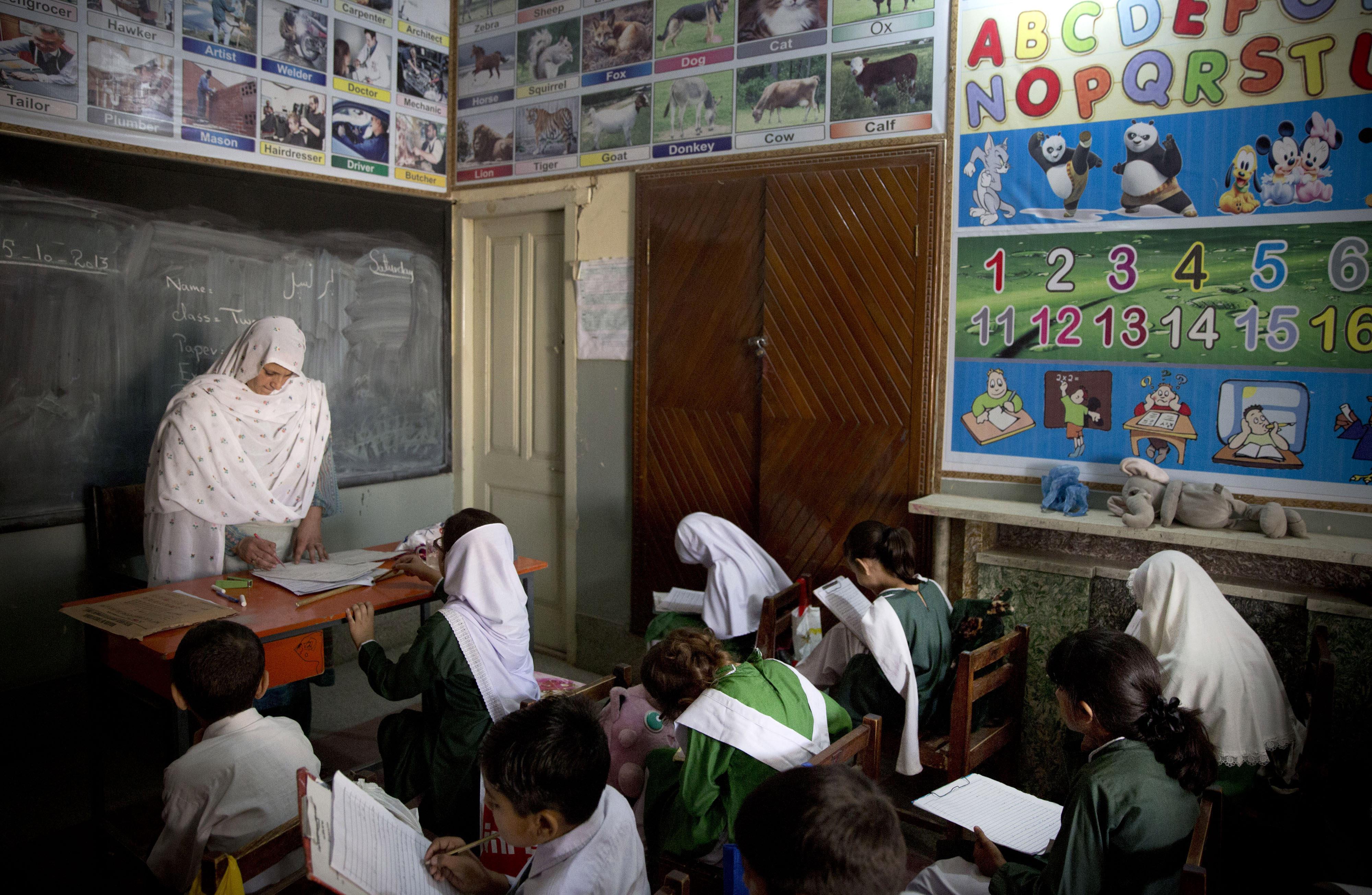 آموزگار و کودکان در کلاس درس (عکس از اسوشیتدپرس)