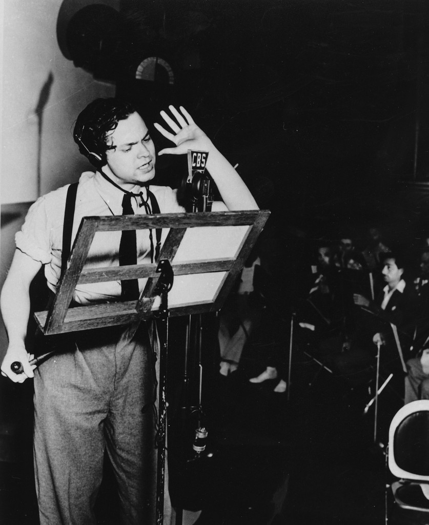 Orson Welles ante un micrófono de radio (AP Images)