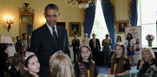 الرئيس أوباما يلتقي بفتيات كشافة (AP Images)
