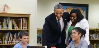 El presidente Obama y otros miran una pantalla de computadora (AP Images)
