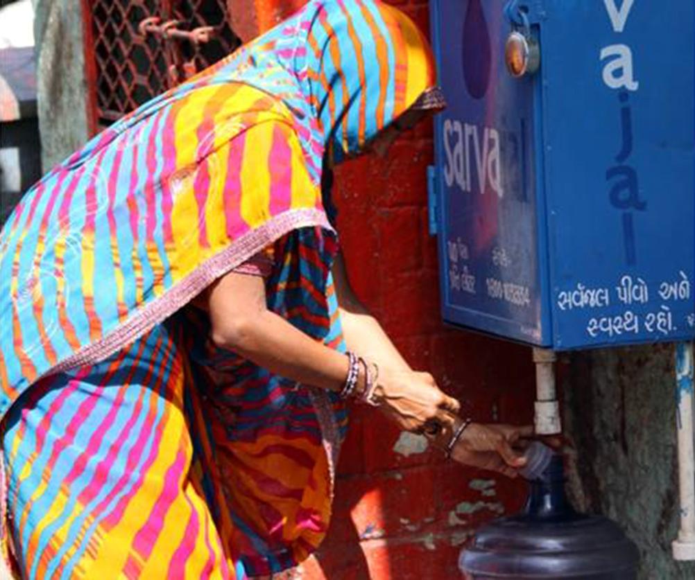Women filling water jug (Madhavi Wagh, Creative Commons)