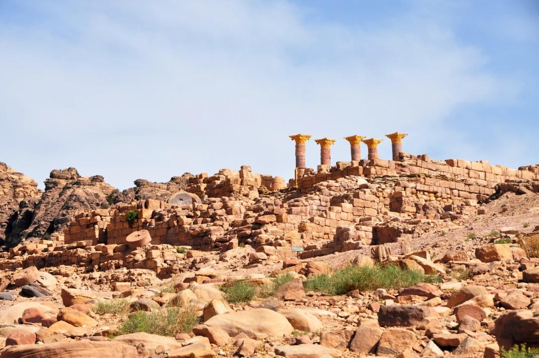 Les ruines du Temple des lions ailés avec trois colonnes à l'arrière-plan à droite (Crédit photo : ACOR/TWLCRM)