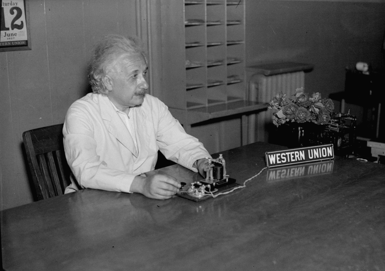 Albert Einstein envoie un message par télégraphe en 1937. (AP Images)