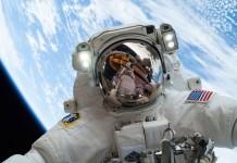 رائد الفضاء مايك هوبكنز في الفضاء، وتظهر الأرض وراءه (وكالة ناسا)