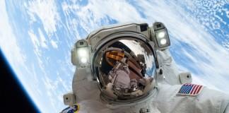 NASA宇航员迈克·霍普金斯(Mike Hopkins)于2013年12月24日参加在国际空间站外的太空行走(NASA)