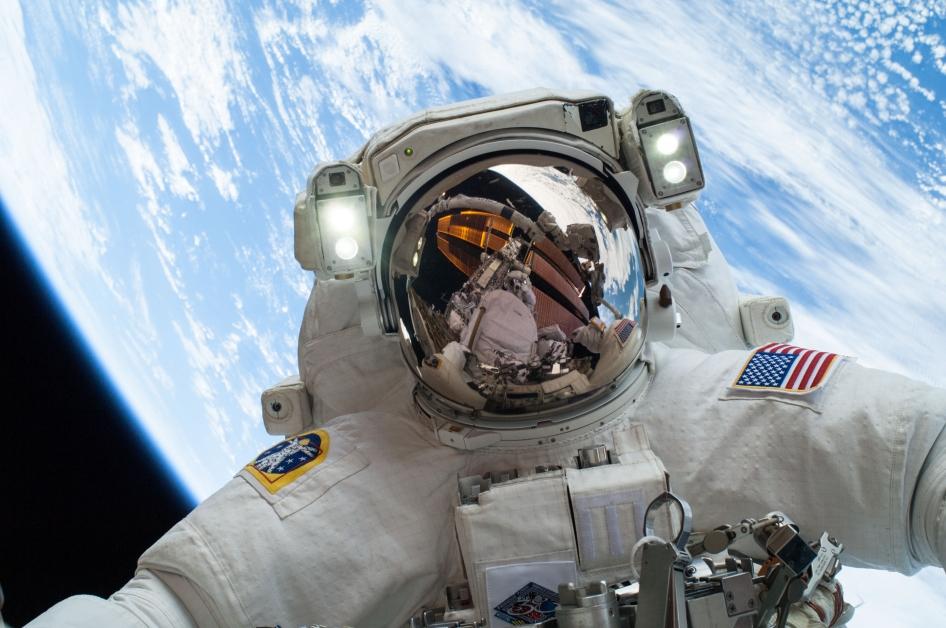 El astronauta Mike Hopkins en el espacio, con la Tierra a la vista (NASA)