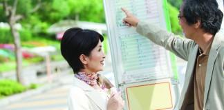 Dos personas hablan en una parada de autobús (Amanaimages RF/Age Footstock)