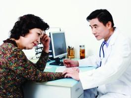 Una mujer hablando con el médico (Glow Asia/Alamy)