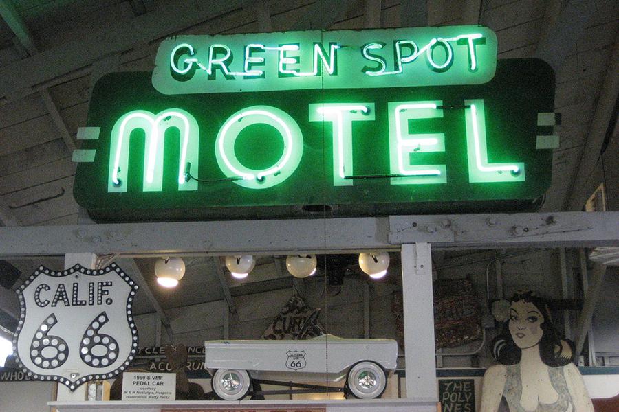 علامت نئون برای متل گرین اسپات. عکس از TheKarenD