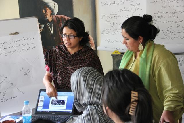 Mujeres en torno a una computadora portátil (Foto cedida por Anuradha Sengupta)