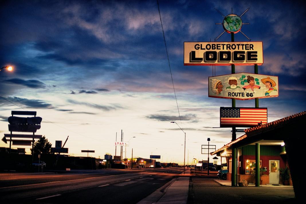 夕阳中66号公路旁的招牌(图片由Lost Adventure提供)