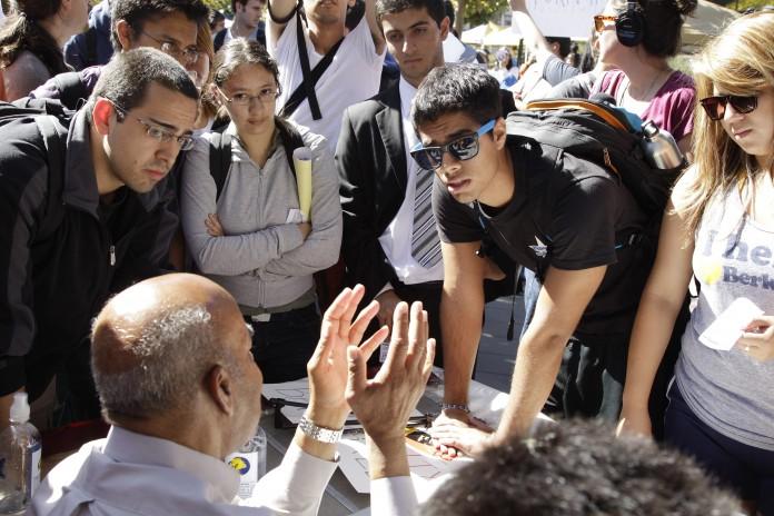 estudiantes hablan con un administrador (© AP Images)