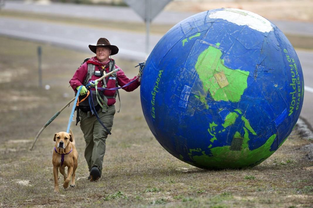 إريك بندل من كنتاكي يسير آلاف الكيلومترات مع كلبه