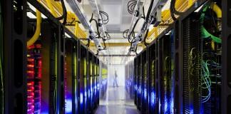 غرفة بها أجهزة خوادم حاسوبية (© AP Images)
