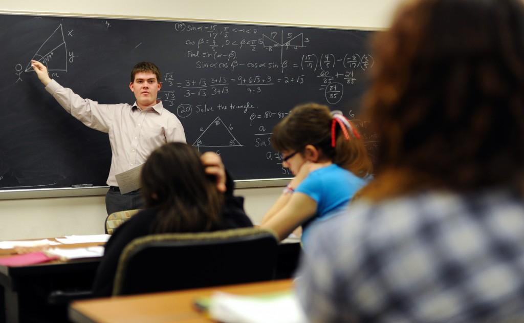 教师在课堂黑板前讲课。 (AP IMages)