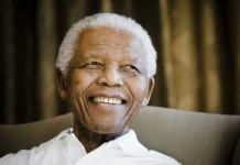 Nelson Mandela sonríe (© AP Images)