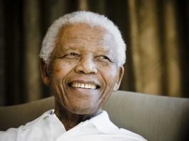 نيلسون مانديلا مبتسمًا. (© AP Images)