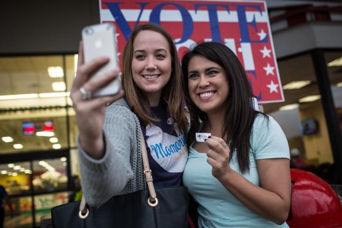 دو زن در مقابل یک علامت