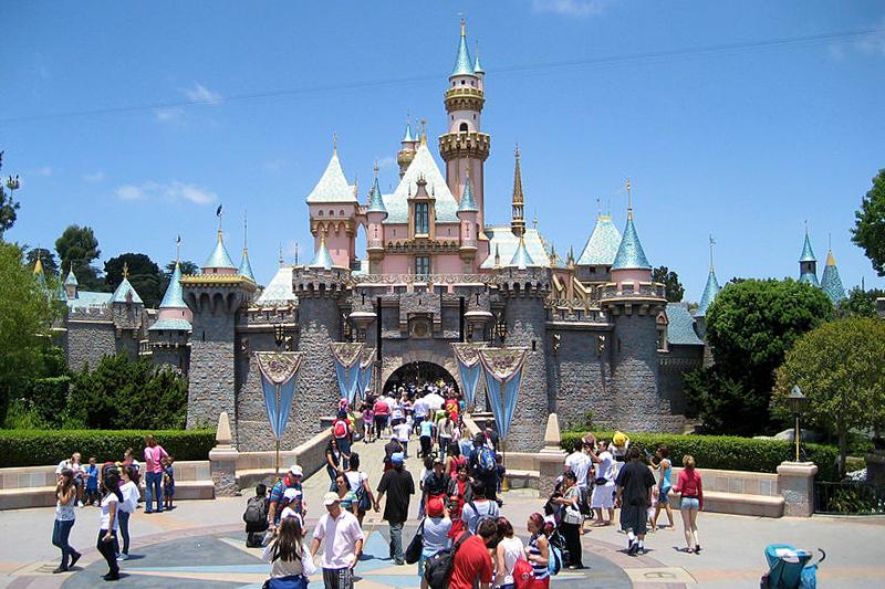 迪士尼城堡 (Alfred A. Si – via Wikimedia Commons)