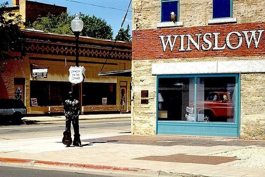 Interseção de rua com estátua de homem segurando uma guitarra (Cortesia: Mark Turner)