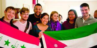 几名学生展开两面国旗(图片由米德尔伯里学院提供)