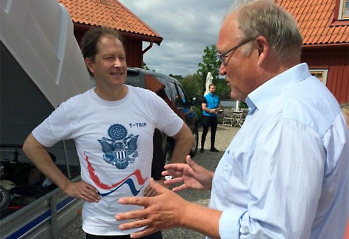 Mark Brzezinski et Göran Persson en train de parler (Crédit : Ambassade des États-Unis en Suède)