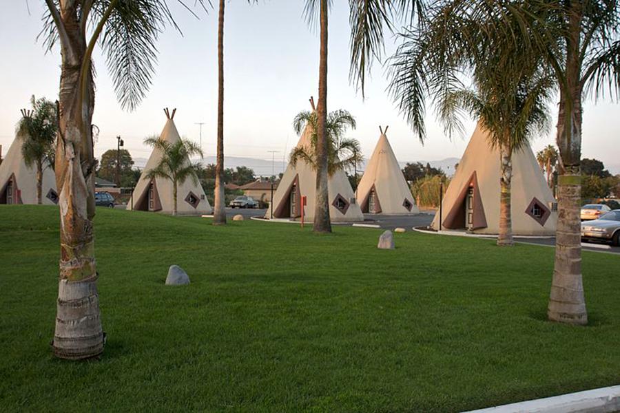 آمریکایی های بومی الهام بخش اتاقهای هتل ویگمن که در میان درختهای خرما جای گرفته اند شد.  عکس از مارسین