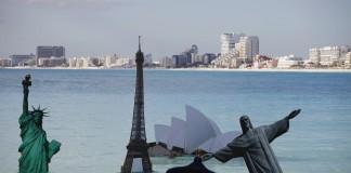 ماکت هایی از مکان های مشهور جهان که در آب غوطه ور شده اند (عکس از آسوشیتدپرس)