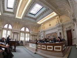ستونهای مرمر و کنده کاری های پیچیده که دیوارها و سقف های گنبد شکل را در داخل یک تالار دادگاه زینت داده اند. (عکس از آسوشیتدپرس)