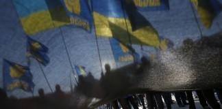 Marchers carrying Ukrainian flags (© AP Images)