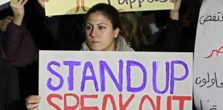 Mujeres libanesas con pancartas contra la violencia doméstica (© AP Images)