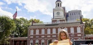 一个女孩站在费城独立厅(Independence Hall)前。《权利法案》就是在这里被正式增补进宪法的。(National Park Service)