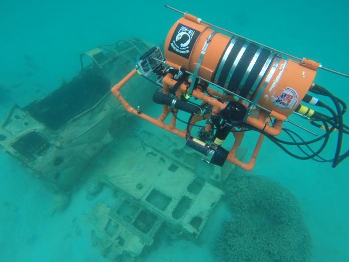 روبات زیرآبی برفراز هواپیمای غرق شده (عکس از دبیرستان استاکبریج)