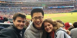 Tres jóvenes en un estadio deportivo (Depto. de Estado de EE. UU.)