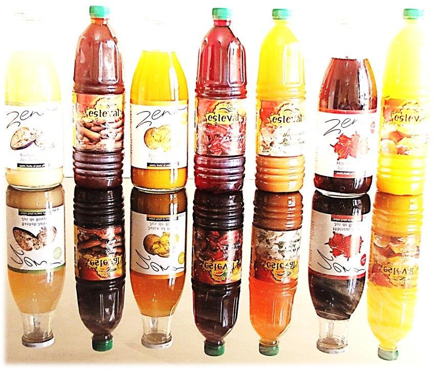 Six bouteilles posées sur une plaque de verre (T.K. Naliaka)